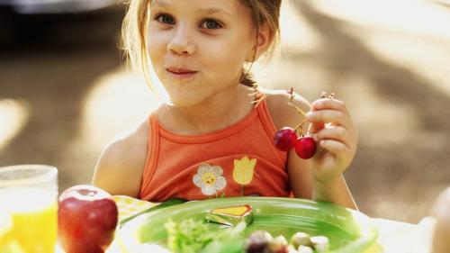 Cum îţi convingi copilul să mănânce fructe şi legume