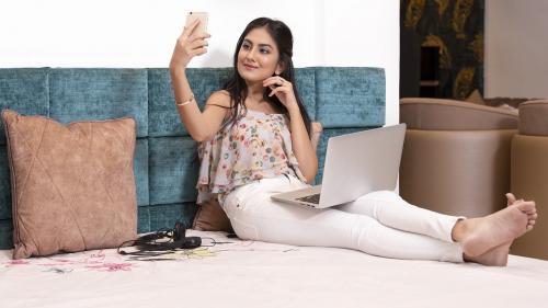 Psihologul explică:Drama generației cu telefonul în pat