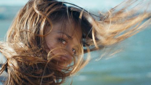 Învață să te tunzi singură acasă: trucuri de care să ții cont
