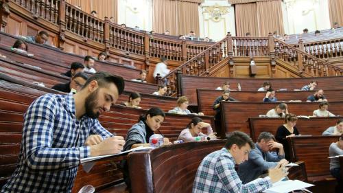 8.876 de absolvenţi ai universităţilor de medicină şi farmacie vor participa duminică la concursul de intrare în rezidenţiat