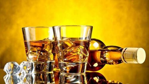 Cea mai mare sticlă de whisky din lume ar putea fi vândută la licitație cu peste 15.000 de lire sterline