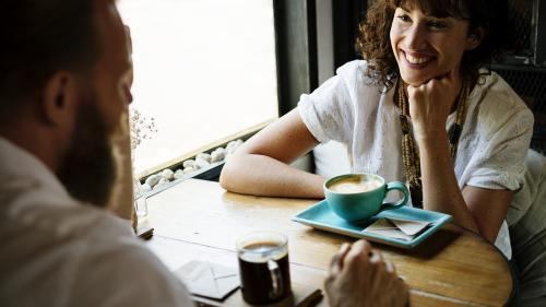 Flirtul la serviciu nu este considerat hărțuire sexuală