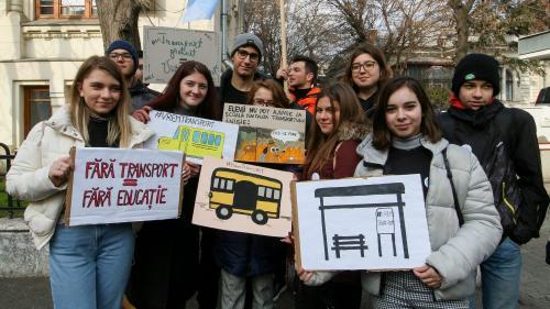 Elevii au protestat în faţa MEC