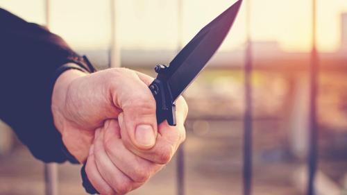 Brăila: Elev de 15 ani înjunghiat pe stradă şi tâlhărit de alţi doi minori
