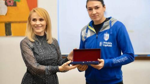 Cristina Neagu a primit Cheia Bucureştiului de la primarul general. Contractul jucătoarei a fost prelungit