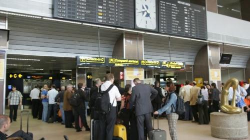 MAE: Românii blocaţi pe aeroportul din Valencia vor fi aduşi în ţară cu o altă aeronavă