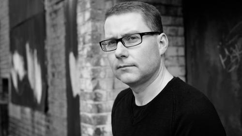 """Scriitorul britanic M. J. Arlidge vine pentru prima dată în România pentru lansarea romanului """"De-a v-ați ascunselea"""", la Editura Trei"""