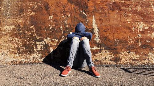 Copii pedepsiţi de sistemul care ar trebui să-i protejeze. Elevii de 10 sunt aruncaţi în stradă