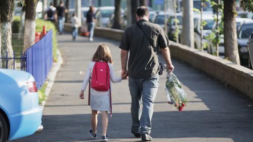 Probleme serioase la legea prin care părinții pot sta acasă cu copiii când se închid școlile