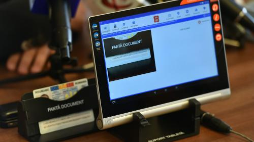 MEC: Liceeni din comunitățile dezavantajate din punct de vedere tehnologic vor primi tablete