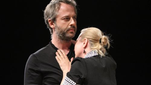 #StămAcasă. Spectacolul continuă.  Hamlet – al doilea spectacol unteatru oferit gratuit cu sprijinul glo