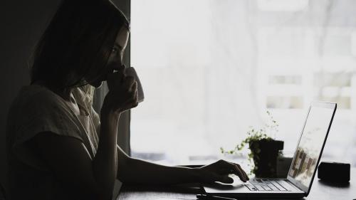 Studiu: Izolarea crește numărul de ore de lucru. Cum poate fi evitată problema