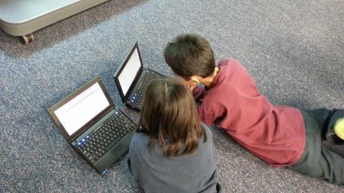 Peste 400 de copii dintr-o comună constănțeană vor primi tablete pentru cursurile online