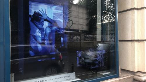 """Teatrul iese """"la geam""""  Fotografii ale unor spectacole memorabile dintr-o expoziție marca Teatrelli ajung în vitrina Galateca, sub forma unei instalații"""