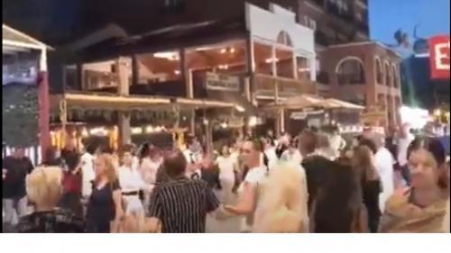 Șeful IPJ Constanța și adjunctul său, demiși după ce sute de turiști s-au prins în horă la Mamaia
