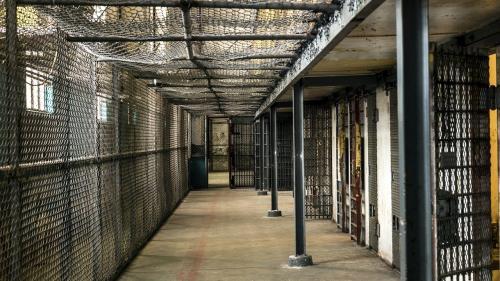 Polițist din Penitenciarul Mioveni, confirmat cu noul coronavirus