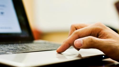 Zeci de asociații de elevi îi cer lui Iohannis să promulge legea care dă acces la educație online