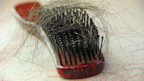 3 soluţii naturale împotriva albirii părului
