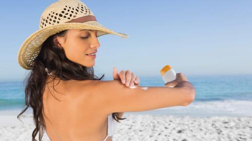 Băile de soare pot să îți distrugă pielea. Și nu doar vara!