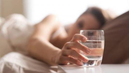 De ce este atât de important să bei un pahar de apă pe stomacul gol