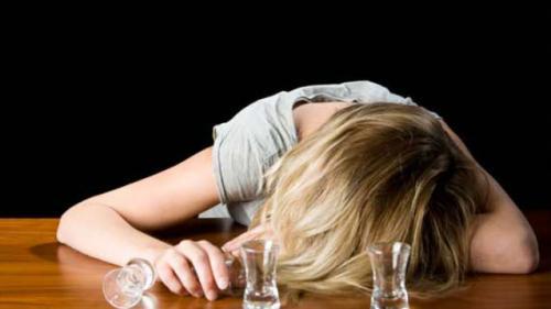 """Ești mahmur? Această băutură simplă îți limpezește mintea și """"te repară"""" după o beție"""