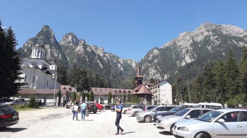 Un colț de rai pentru turismul ecumenic: Mănăstirea Caraiman