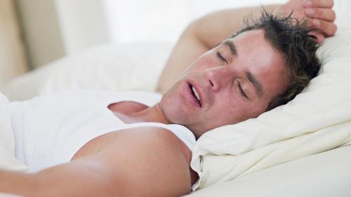 Respiraţia cu întreruperi în somn dă hipertensiune