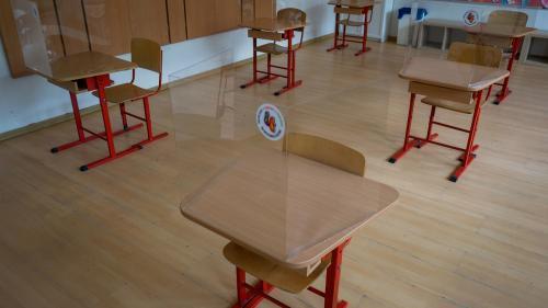 Constanța: Un profesor care predă la două școli, depistat cu COVID-19. Cinci clase trec pe online!