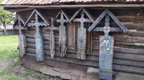 Cum ia naștere o cruce din Cimitirul Vesel din Săpânța - de la bucata de lemn, la povestea unui om