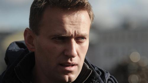 Alexei Navalnîi coboară singur scările spitalului din Berlin unde este internat