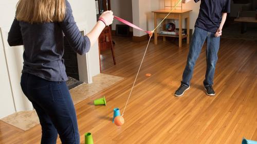 3 idei de jucării pentru interior/exterior care să țină copilul departe de tableta