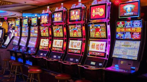 Cine a inventat aparatele de tip slot și cum au evoluat ele în cei peste 130 de ani de existență