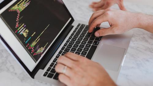 Mirajul salariilor mari: 64% dintre români vor să lucreze în IT