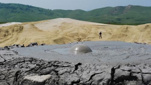 Excursie între peisaje selenare și pietrele vii