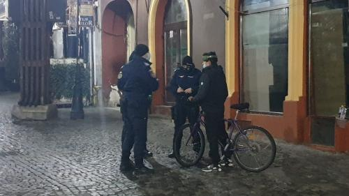 Lockdown cu curve, polițiști și boschetari