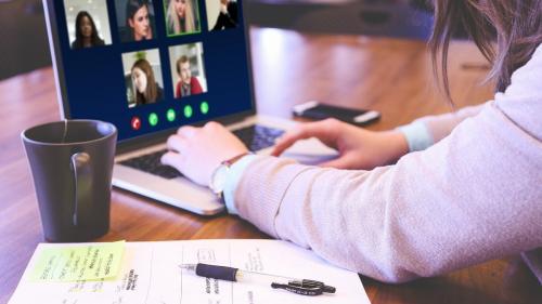 Telemunca împovărează angajații. Avantajele și dezavantajele lucrului la distanță