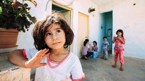 Viața grea a copiilor români: Sunt flămânzi, neîngrijiți și muncesc în gospodărie