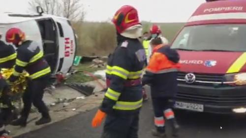 Accident grav pe autostrada A1. Un microbuz s-a răsturnat. O persoană a murit