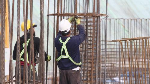 Efectele pandemiei pe piața muncii: Va scădea numărul angajaților din construcții și servicii