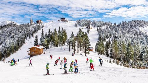 Aglomerație pe pârtiile de schi din Sinaia. Cozi de două ore la telecabină