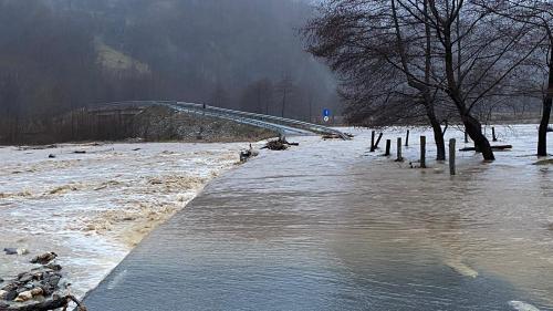 Mai multe localităţi din judeţul Gorj, afectate de inundaţii. Tren deraiat în Vâlcea