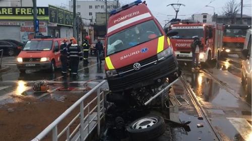 Accident grav în Capitală. O ambulanță a intrat într-un refugiu de tramvai. Echipajul a fost rănit