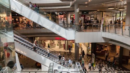 Viol într-un mall din București. Un bărbat a atacat o femeie la toaletă