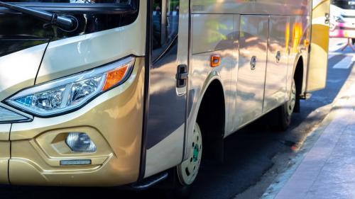 4 pași pe care trebuie să îi parcurgi înainte de a închiria un autocar sau microbuz