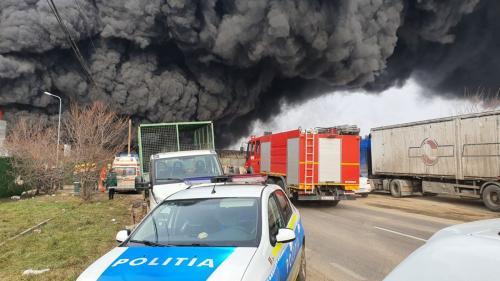 FOTO Incendiu la un depozit de materiale reciclabile, din Buzău. A fost trimis mesajul RO-ALERT