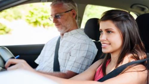 Tinerii din medii defavorizate pot obţine gratuit permisul de conducere