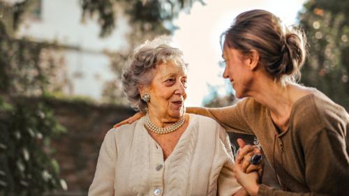 Sfaturi pentru a avea grijă acasă de părinți în vârstă