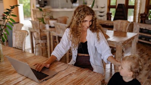 Femeile, grav afectate de munca de acasă. 25% au vrut să renunțe la job