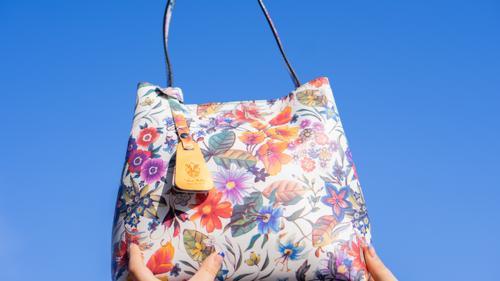 Modul în care porți geanta spune multe despre personalitatea ta