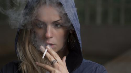 """Explicațiile psihologului: Ce """"forțe"""" ne obligă să nu lăsăm țigara din mână?"""
